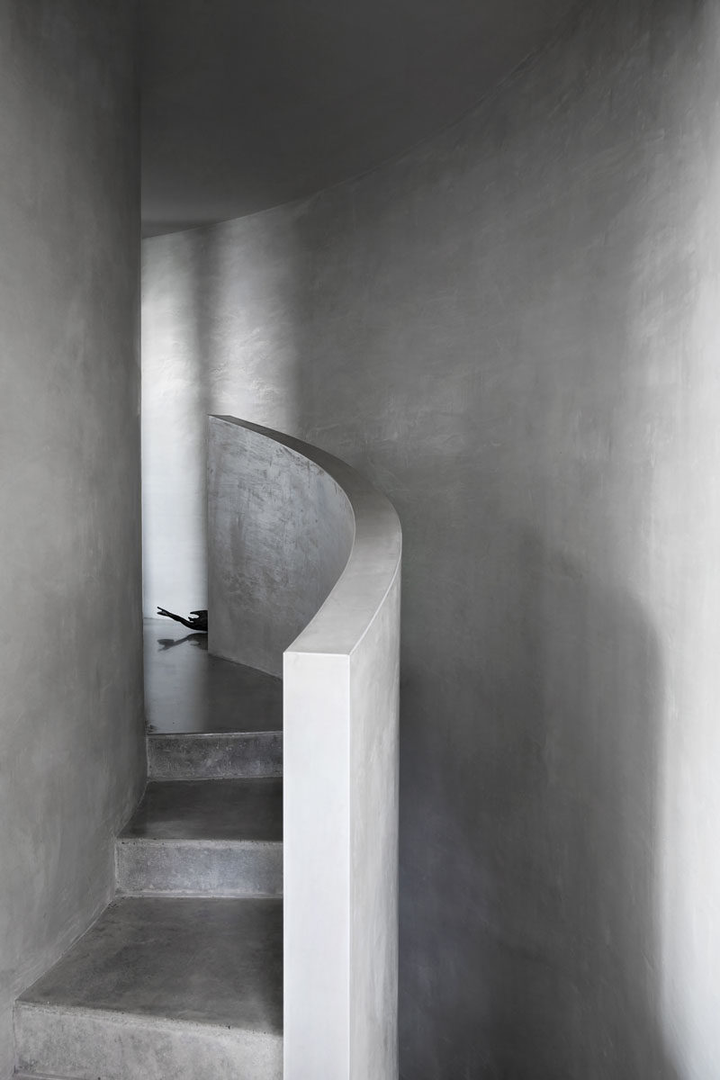 This modern house features curved concrete stairs and curved concrete walls. #CurvedConcrete #Architecture #ConcreteStairs