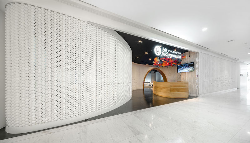 Walls made up of white balls gives this modern playspace a unique and eye-catching appearance. #RetailDesign #Walls #InteriorDesign