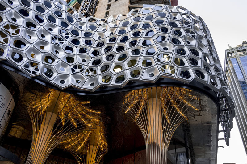 UAP Global Studios and Workshop assisted artist Alexander Knox in the creation of a sculptural facade that spans 28632 square feet (2660 sqm) and is made up of over 2500 3D pressed and planar aluminium panels. #Facade #Architecture #Sculpture
