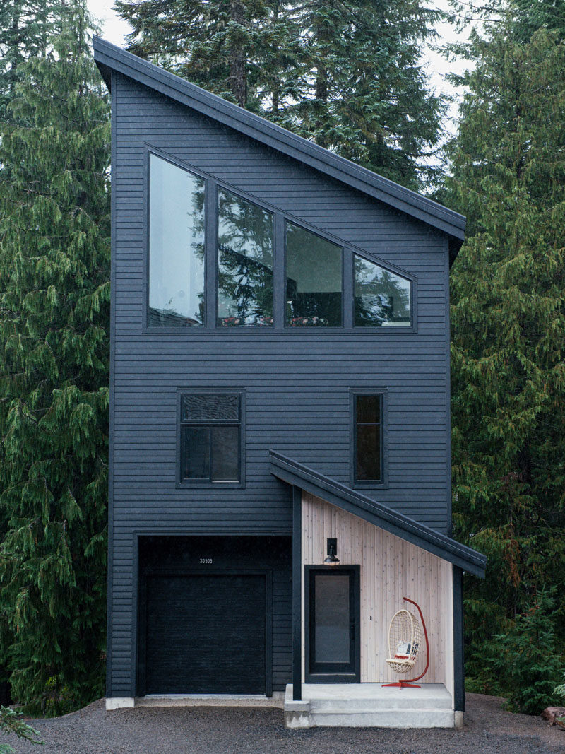 Keystone Architecture together with interior design firm Casework, have completed the Alpine Noir Chalet, a modern mountain cabin that's located in Government Camp, Oregon. #Cabin #BlackExterior #ModernArchitecture