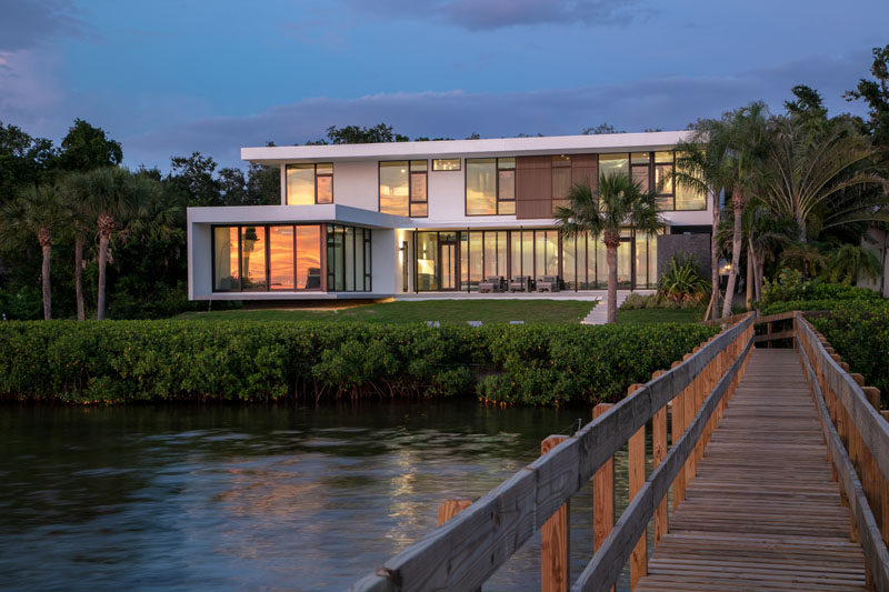 Sweet Sparkman Architects have completed a new house in Sarasota, Florida, that overlooks Sarasota Bay. #ModernHouse #ModernArchitecture