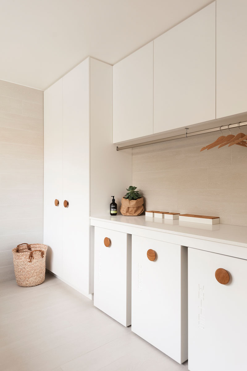 This modern house features oversized natural wood door handles on all of the cabinets throughout the home. #OversizedHandles #DoorHandles #CabinetDoorHandles