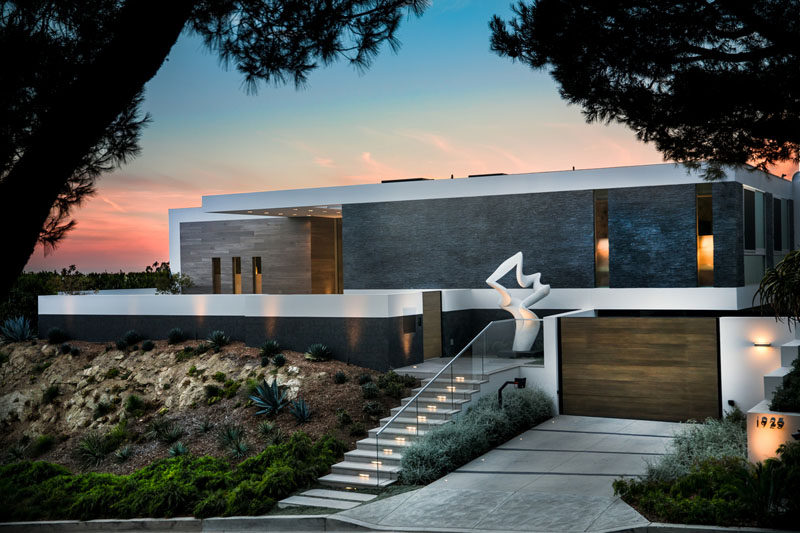 Whipple Russell Architects has designed 'Carla Ridge', a new modern house in Beverly Hills, California, that has sweeping views of the surrounding landscape. #ModernArchitecture #ModernHouse #HouseDesign