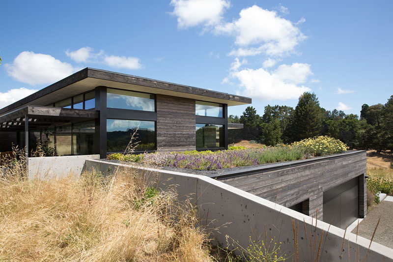 Feldman Architecture designed the Meadow Home, a house in Portola Valley, California, whose design was inspired by the prominent views and beautiful slopes of the land. #ModernHouse #HouseDesign #ModernArchitecture #GreenRoof