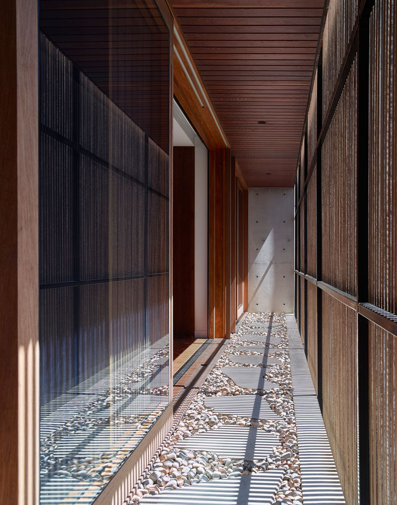 This modern house has an exterior timber screen that presents as a Japanese lantern by night offering a pleasant and warm glow to the house. #WoodScreen #Architecture