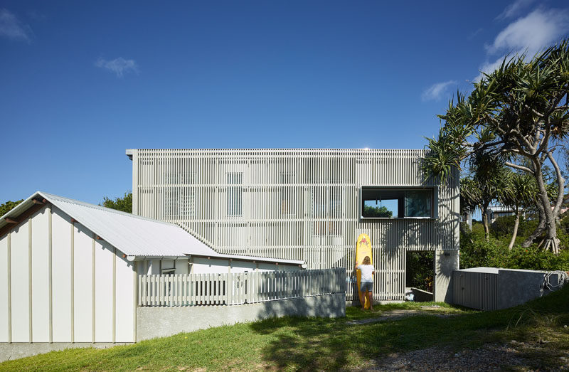 Weathering timber stats cover the exterior of this modern house, providing privacy and helping the house blend into its surroundings. #ModernHouse #HouseDesign #Architecture