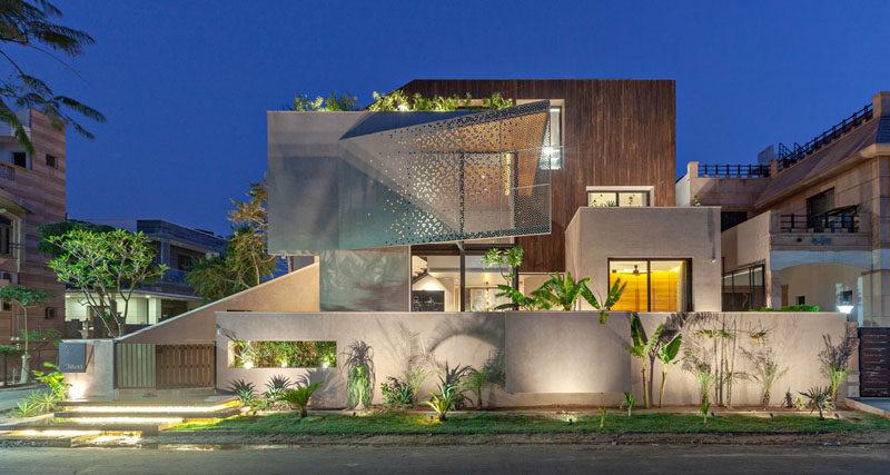 Abraham John Architects has designed the Chhavi House, a residential villa that's located on a corner lot inJodhpur, India. #ModernHouse #Architecture