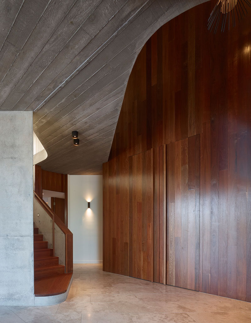 The use of wood throughout the house contrasts the walls and board-formed concrete ceiling, and adds a striking natural touch to this modern home. #Wood #Concrete #Archtiecture