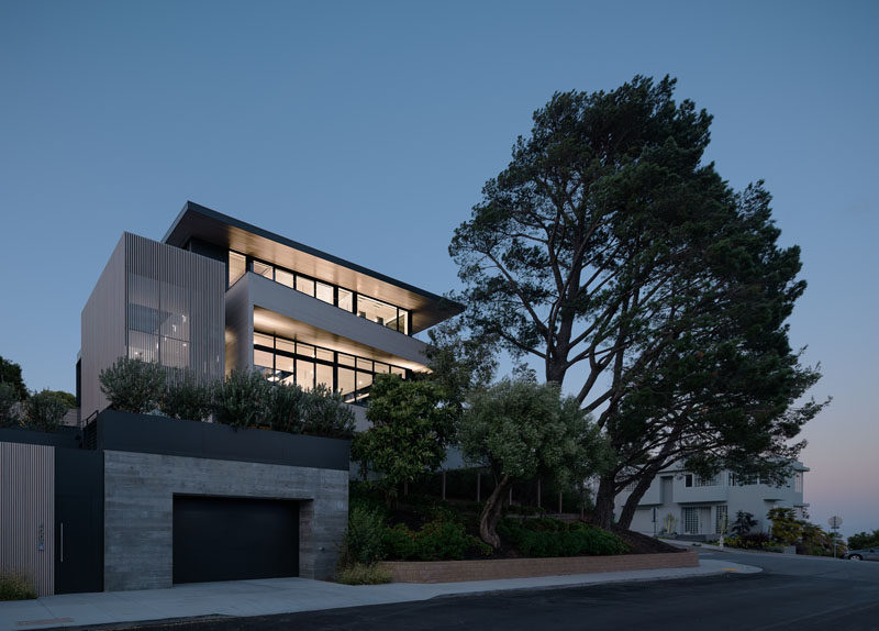John Maniscalco Architecture | jmA has completed a new modern house on a sloping double lot in San Francisco, that's designed to take advantage of the changing daylight and sweeping city views. #ModernHouse #ModernArchitecture