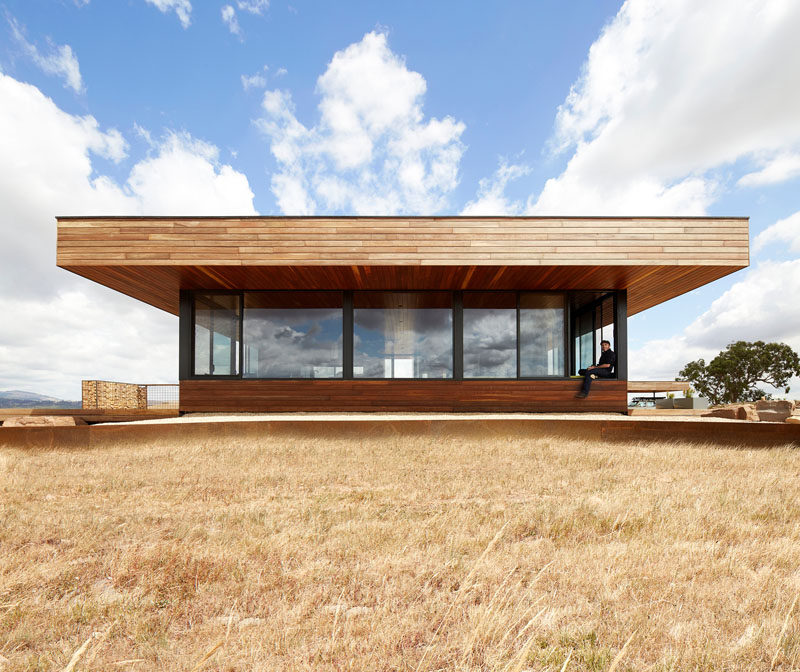 Ben Callery Architects has completed the Elemental House, a modern single storey house that's located an hour north of Melbourne, Australia. #ModernHouse #WoodHouse #Architecture