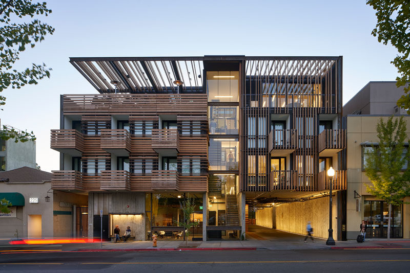 David Baker Architects have designed the Harmon Guest House, a small hotel in Healdsburg, California, that features 39 guest rooms, and a facade screened with redwood sun shading and vine trellises. #ModernHotel #HotelDesign #Architecture
