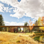 This modern flat-roofed house makes the most of its nature-oriented location between two creeks in Wyoming