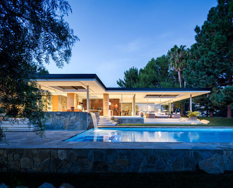 Studio Bracket has designed the contemporary remodel of a 1949 International Style Home in Malibu, California. #Architecture #Remodel #ModernHouse