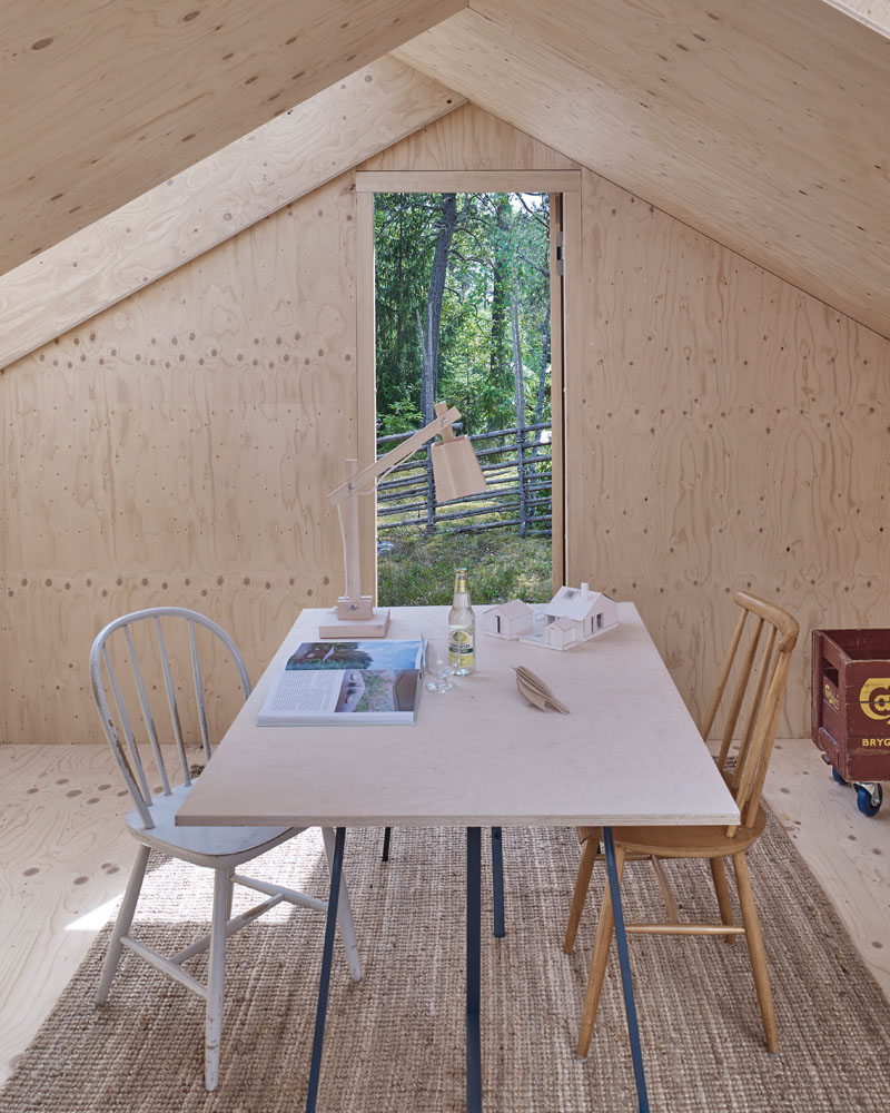 The walls and ceiling of this home office are covered in pine plywood. #HomeOffice #PinePlywood