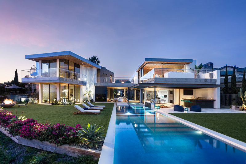 WOLF DESIGN studio have recently completed Kings Place, a modern house in California, that has 180 degree ocean views of Newport Harbor, the Back Bay, and all the way out to Catalina Island. #ModernArchitecture #Landscaping #SwimmingPool #ModernHouse