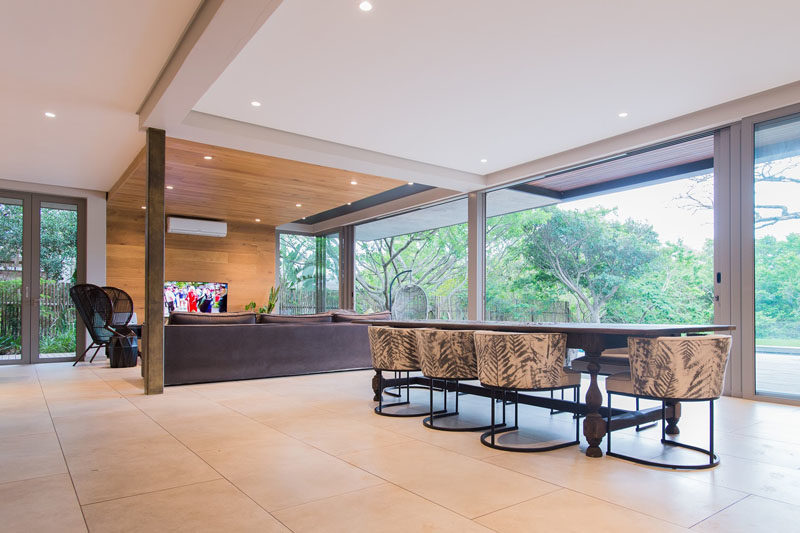 Light from the floor-to-ceiling windows and doors can travel throughout this modern house interior without being interrupted by walls. #Windows #Doors #DiningRoom