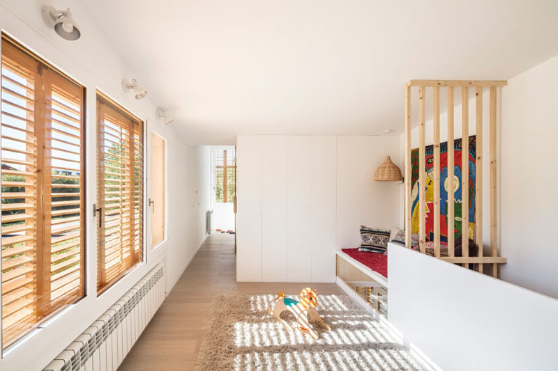 This modern house has a small play area with a daybed and storage on the second floor. #PlayArea #DayBed