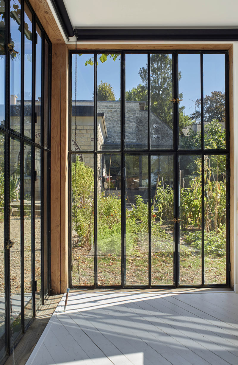 With a target of using 100% ecological materials, this modern backyard studio uses glass panels and steel that were taken from the remains of a destroyed factory, while the wood was chosen from among the scraps of the nearest sawmill. #BackyardStudio #HomeOffice #BackyardOffice #windows #Architecture