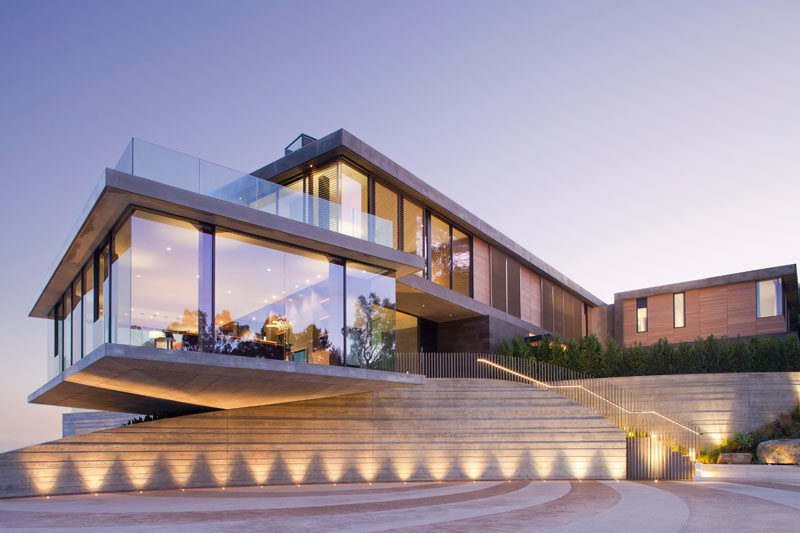 Architecture firm KAA Design Group, has completed a modern house in Los Angeles, California, that's has a cantilevered dining room with glass walls. #ModernHouse #HouseDesign #Cantilever #ModernArchitecture
