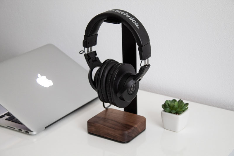 Gift Ideas - Sebastian Profic of Batelier Handicraft, has designed a modern headphone stand that takes up a small amount of space, while also looking good on a bedside table, desk, or next to your TV. #ModernHeadphoneStand #HeadphoneStand #HomeOffice #DeskAccessories #ModernGiftIdeas