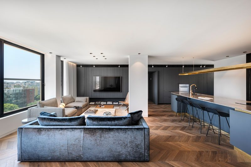 Interior design firm Aviram – Kushmirski, has recently completed an apartment in Tel Aviv, that uses natural materials and open spaces to create a modern appearance. #ModernApartment #ApartmentDesign #InteriorDesign #ModernInterior
