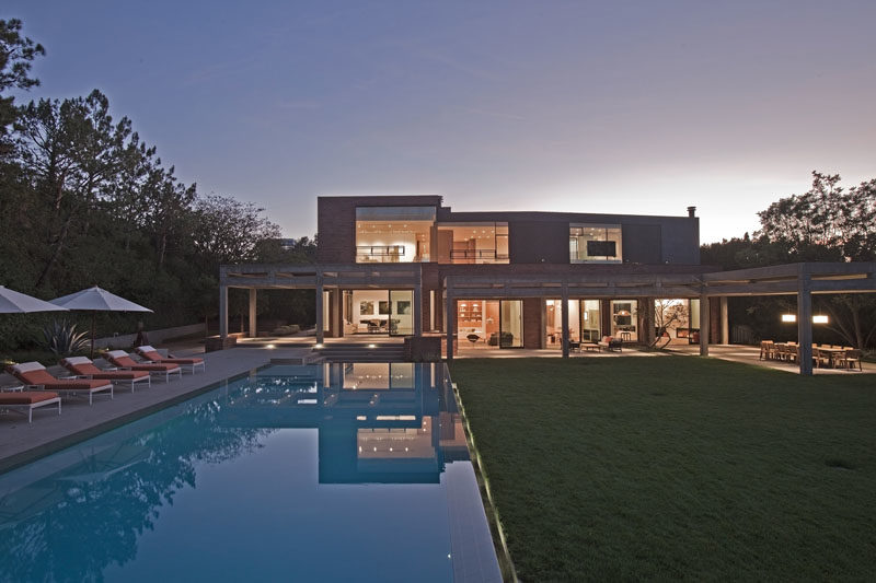 Architecture firm Assembledge+, has designed the modern remodel of a house in Bel Air, California. #ModernHouse #ModernArchitecture #ModernSwimmingPool