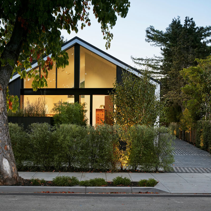 San Francisco based firm MAK Studio, has designed a modern house in Burlingame, California, that features clean lines and dark accents. #ModernHouse #HouseDesign #ModernArchitecture