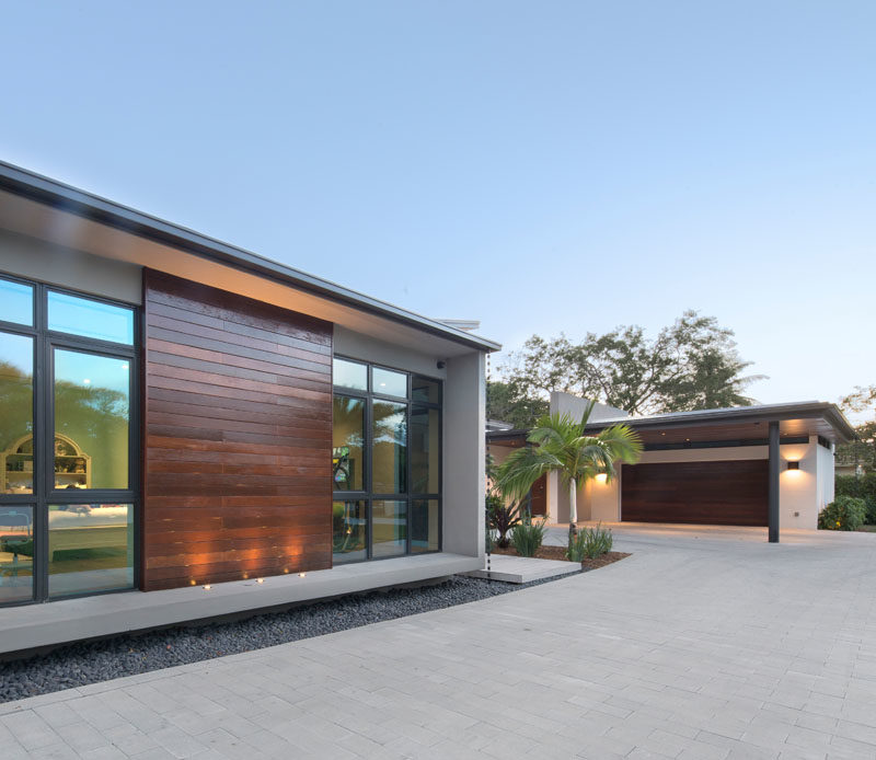Taking advantage of the site's oversized width, the design of this modern house was conceived as a series of strategically placed volumes that create interior and exterior courtyards. #Architecture #ModernHouse