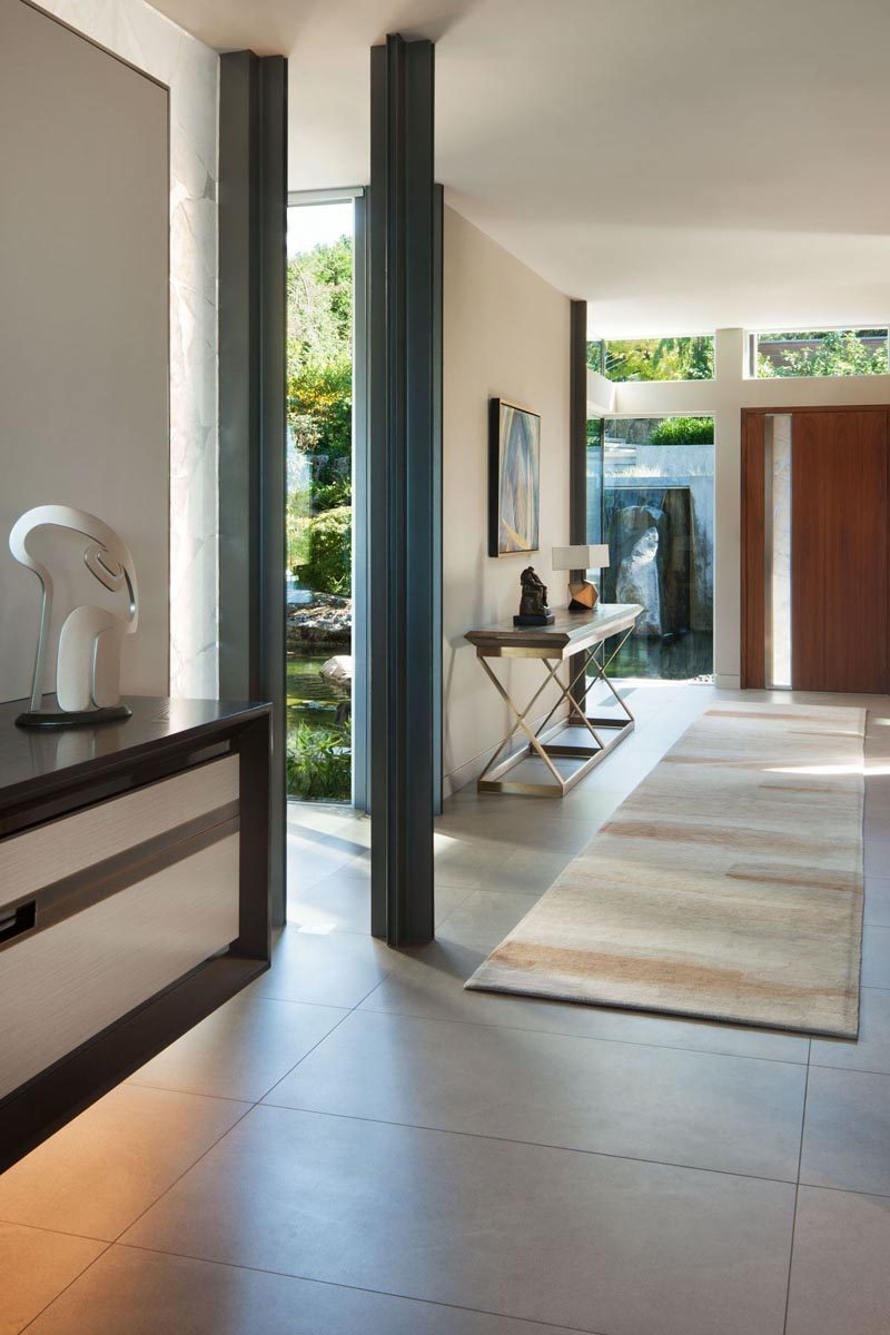 The entryway of this modern house has dedicated areas to showcase an art collection. #Foyer #Entryway