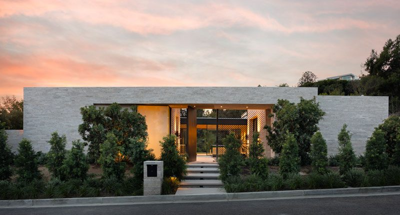 Designer Lindsay Chambers and architect Paul McClean have collaborated to design this new modern house in Beverly Hills, California. #ModernHouse #ModernArchitecture #HouseDesign