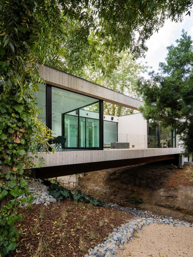 This modern house goes by the name name of the 'Bridge House', as it bridges over a small stream. #ModernArchitecture #ModernHouse