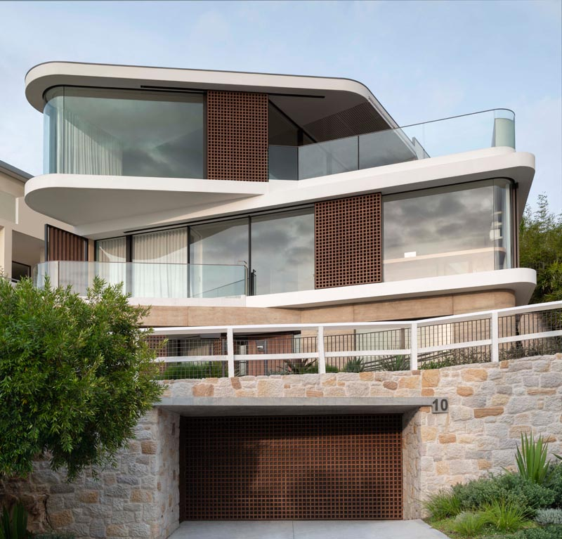 Luigi Rosselli Architects has designed a new modern house in Sydney, Australia, that's arranged in an offset layered composition. #ModernHouse #ModernArchitecture #OffsetArchitecture #CurvedWindows