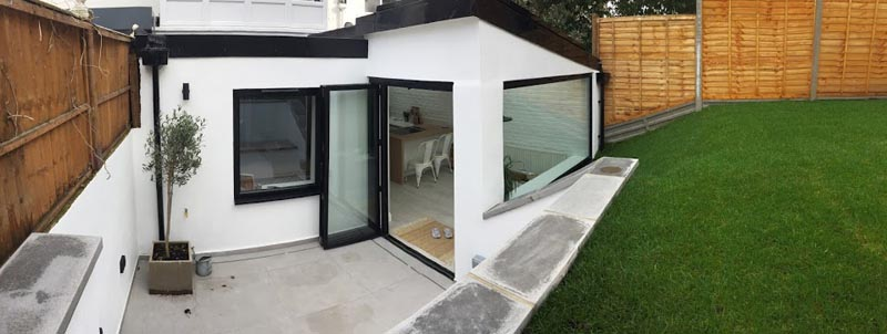 To connect the outdoors with the interior the designers included bi-fold doors between the patio and dining area. #PatioDoors