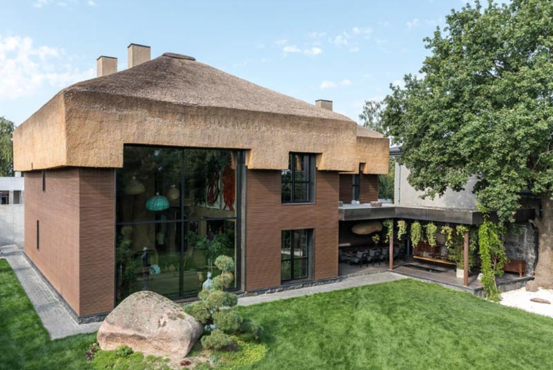 Ukrainian architect Sergey Makhno added a modern thatched roof to a house that draws inspiration from traditional farms and houses. #ModernThatchedRoof #ThatchedRoof #Architecture #HouseDesign #Roof