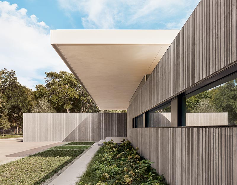 Specht Architects have recently completed the 'Preston Hollow Residence', and a key design element of the house is the use of concrete walls with a corrugated appearance. #ConcreteWalls #ModernArchitecture #CorrugatedConcrete #HouseDesign #ModernHouse