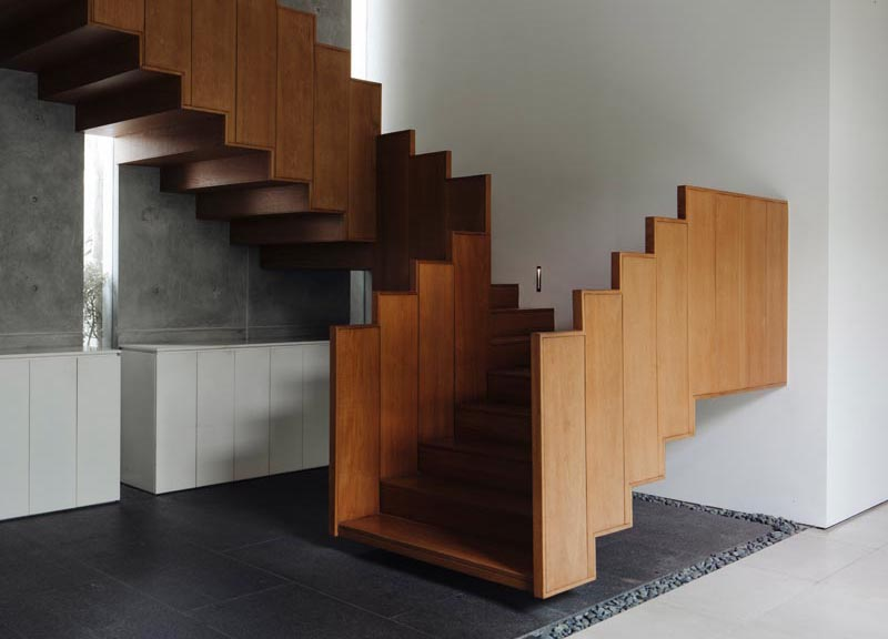Ming Architects has designed a house in Singapore, and one of the stand out features of the house, is a floating wood staircase and its guardrail. #FloatingStairs #WoodStairs #ModernStairs #WoodGuardrail #StairDesign