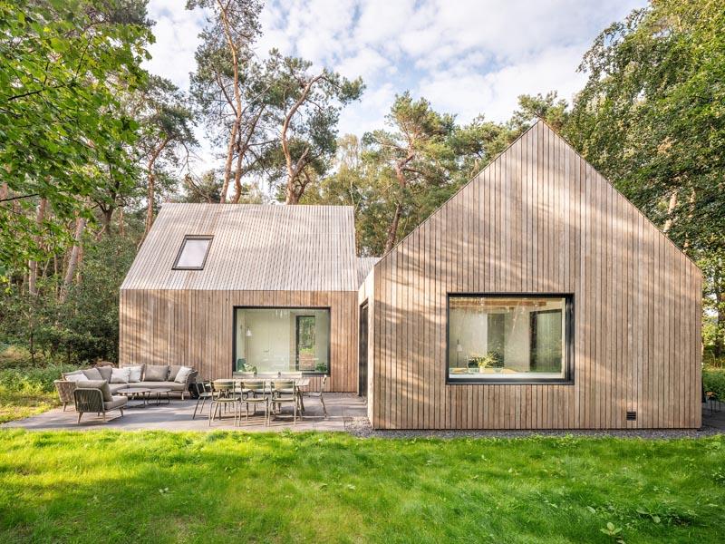 Architecture firm HofmanDujardin has recently completed a new holiday villa in Tonden, Netherlands, for their clients who wanted an escape from the rush of the city. #HolidayVilla #WoodCladHouse #HouseDesign #ModernArchitecture #VacationHouse #HolidayHouse