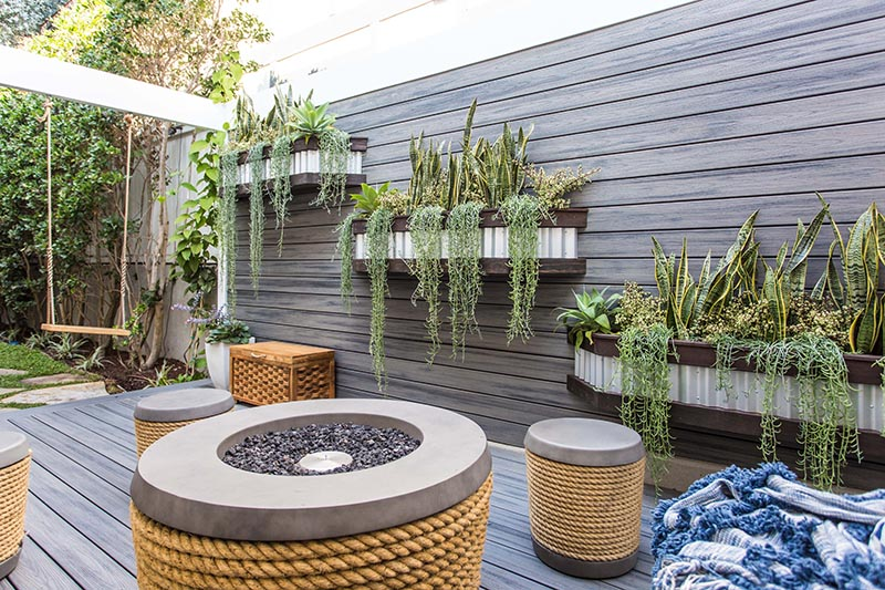 Landscape design firm Fair Studio has transformed a side-yard in Manhattan Beach, and created a modern outdoor space for a family with three children to relax. #ModernOutdoorSpace #Landscaping #YardDesign #SideYard