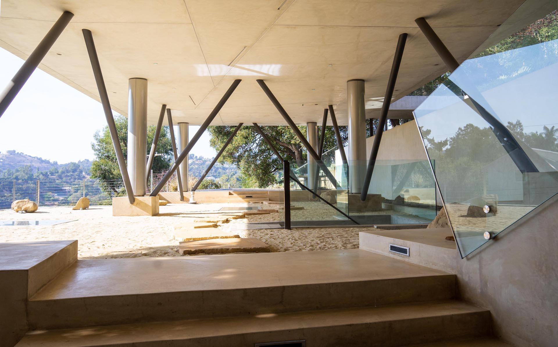 10 steel columns support a modern home.