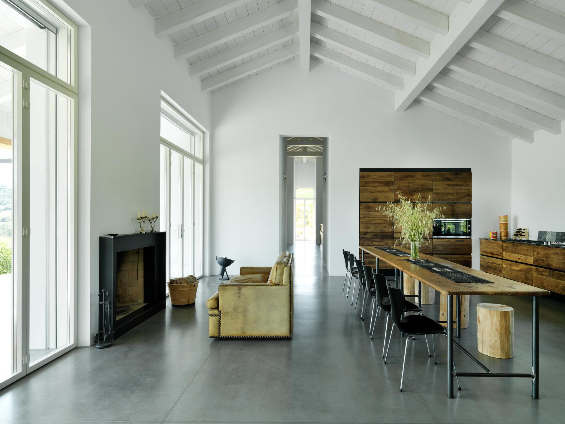 The interior finishes of this modern country house use natural materials to create a minimalist space, similar to that of an art gallery.