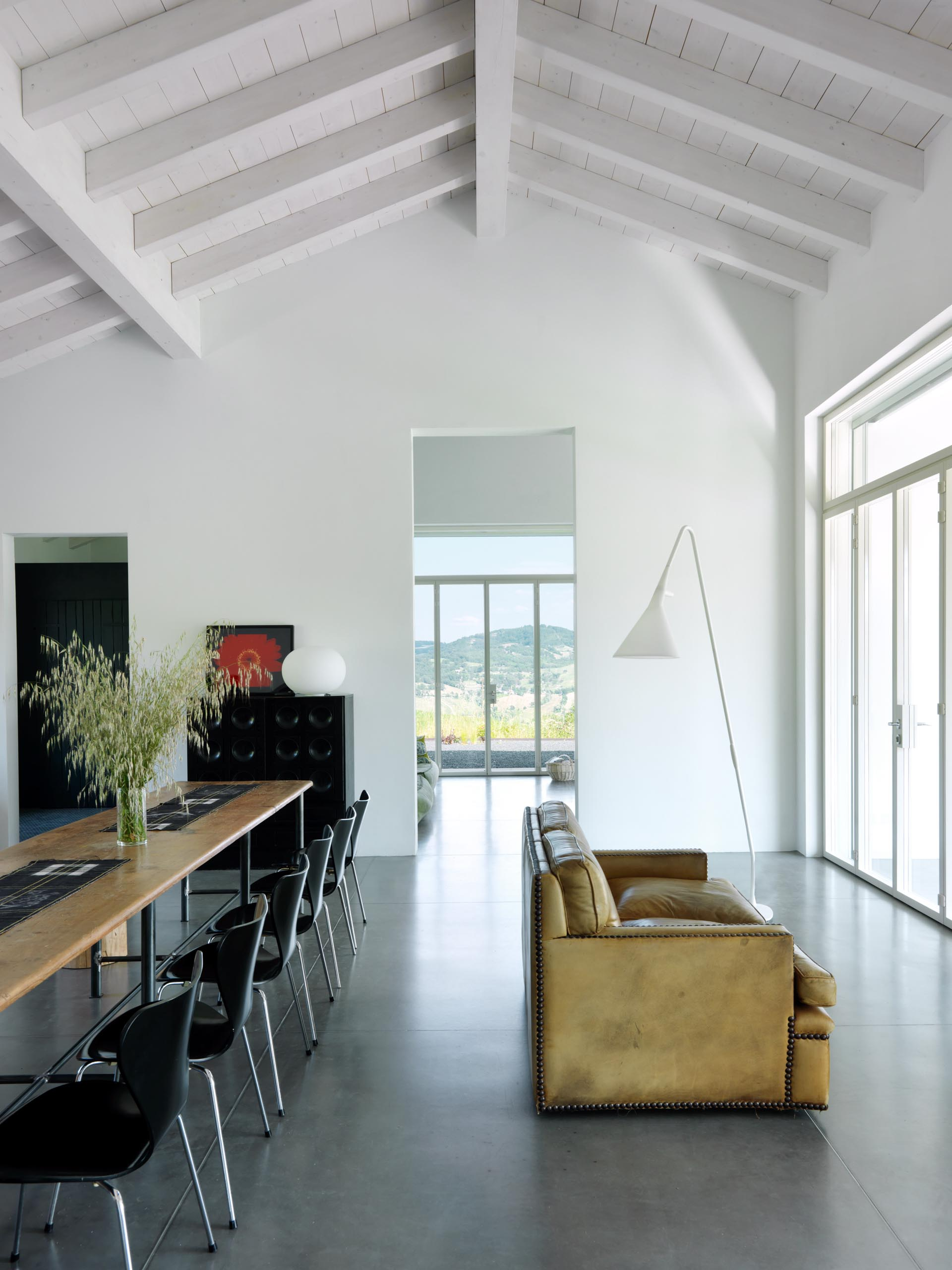 The internal walls and ceilings of this modern farmhouse have been finished with a white lime tempera.