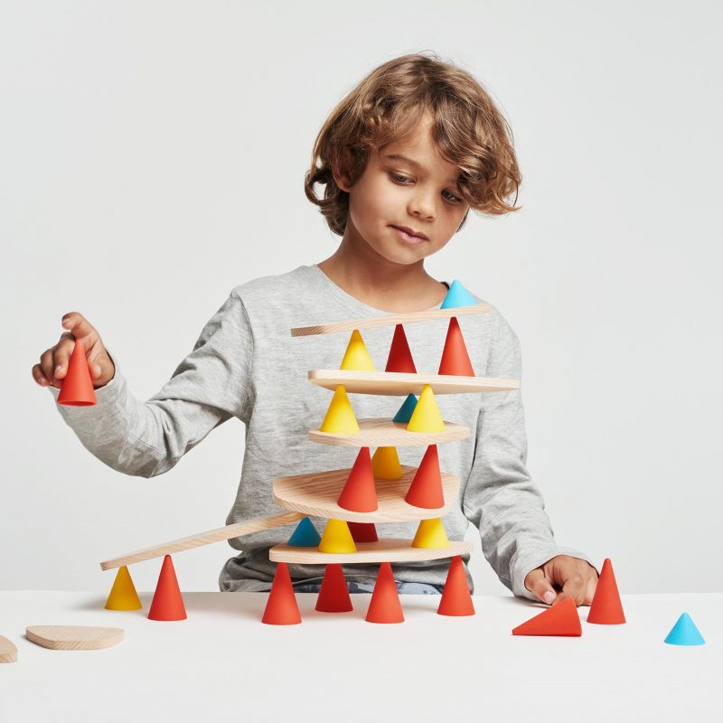 Piks is a creative toy designed to develop children's concentration. The aim of the toy is simple: to create the most original structure by positioning all of the pieces without any of it falling down.
