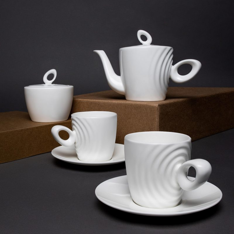 Unusual for traditional porcelain, the handle of the Attimo Tea Set has a complex bionic shape with variable thickness.