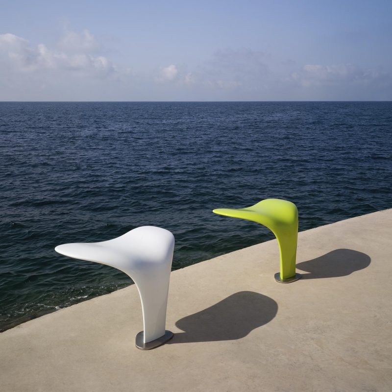 This piece of outdoor street furniture takes its inspiration from the ocean and one of the most iconic images it offers: the whale tails.