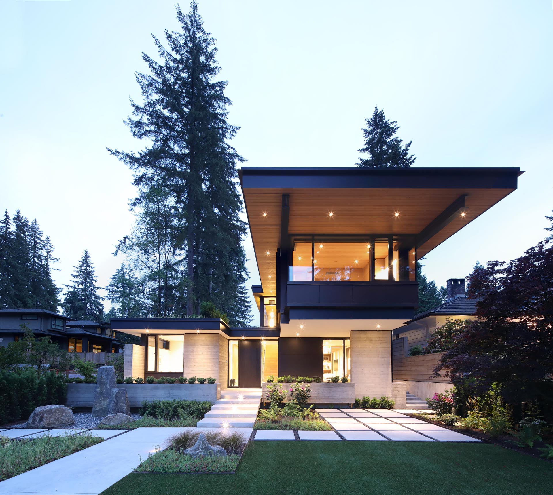 One key design element of this modern west coast home is the overhanging roof that extends away from the house, and protects it from the elements.